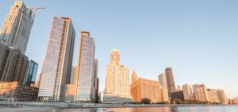 Reflexión y edificio del rascacielos de Chicago bajo construcción franco imagen de archivo