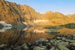 Reflexi?n del lago mountains Paisaje asombroso de la monta?a altai Lago Alla-Askyr fotografía de archivo
