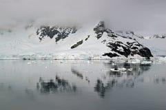 Reflexión antártica Foto de archivo libre de regalías