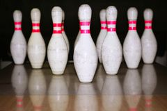 Reflexión de la fila del bolo del bowling en suelo de madera Foto de archivo