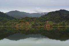 Reflexión de la montaña en el agua Imágenes de archivo libres de regalías