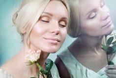 Reflexión de la mujer joven de la elegancia blanda sensual en el espejo Foto de archivo libre de regalías