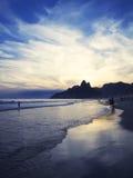 Reflexión de la puesta del sol de la oscuridad de Rio de Janeiro Ipanema Beach Scenic Foto de archivo