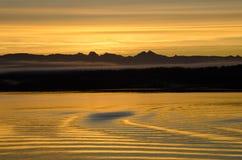 Reflexión de la puesta del sol en el agua Fotos de archivo libres de regalías