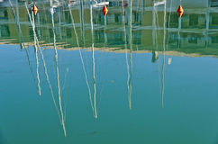 Reflexión de los palos del barco Foto de archivo