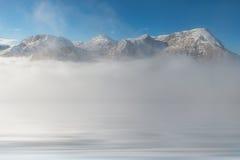 Reflexión de los picos de montaña en agua Foto de archivo libre de regalías