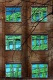 Reflexión del edificio colorido en Windows Imagenes de archivo