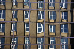 Reflexión del edificio viejo fuera de vidrios de un edificio moderno del corpaorate (las ventanas torcidas pueden parecer un pedaz Foto de archivo