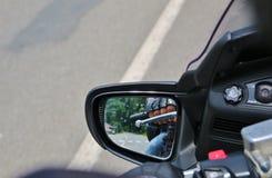 Reflexión del jinete de la mano en los manillares Fotos de archivo