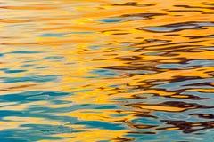 Reflexión en ondulaciones del agua Foto de archivo libre de regalías