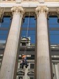 Reflexing Gebäude als Spiegel mit saubereren Leuten Lizenzfreie Stockfotos