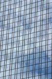 Reflexion auf Bürohaus Stockbilder