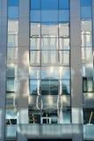 Reflexion auf dem Fassadengebäude Lizenzfreie Stockfotos