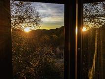 Reflexion auf dem offenen Fenster lizenzfreie stockfotografie