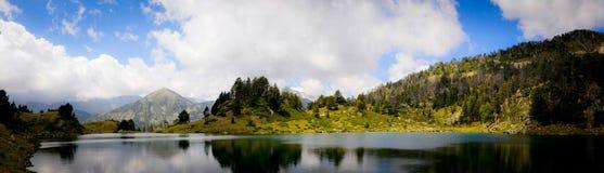 Reflexion auf einem See im Berg Stockbilder