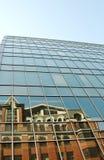 Reflexion auf Fassade des Hightech- Artgebäudes Stockfotografie