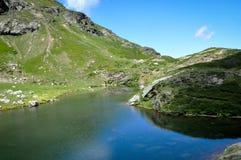 Reflexion auf schönem blauem Teich in Pyrenäen Lizenzfreies Stockfoto
