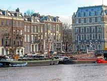 Reflexion av Amsterdam berömda holländska traditionella flamländska tegelstenbyggnader, stadskanal i Holland, Nederländerna royaltyfria bilder