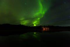 Reflexion av Aurora Borealis över det Olnes dammet i Fairbanks, Alaska Royaltyfri Foto