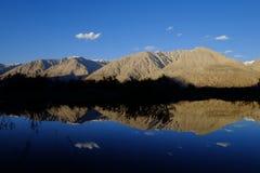 Reflexion av berg Arkivbilder