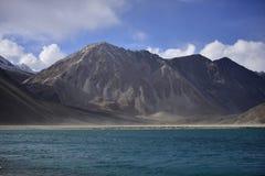 Reflexion av berg på Pangong sjön med bakgrund för blå himmel Leh Ladakh, Indien Arkivfoto
