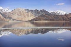 Reflexion av berg på Pangong sjön med bakgrund för blå himmel Leh Ladakh, Indien Royaltyfri Foto