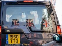 Reflexion av brittflaggor i Range Rover SUV Arkivbild