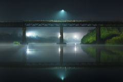 Reflexion av bron på natten Royaltyfria Bilder