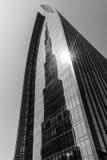 Reflexion av Burj Khalifa på Emaar boulevardPlaza Arkivfoton
