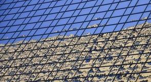 Reflexion av byggnad i den glass högväxta moderna affärsbyggnaden Royaltyfri Bild