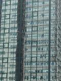 Reflexion av byggnad i en annan byggnad Arkivfoto