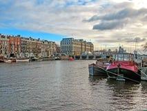 Reflexion av byggnader för tegelsten Amsterdam för berömd duch traditionella flamländska, stadskanal i Holland, Nederländerna arkivfoton