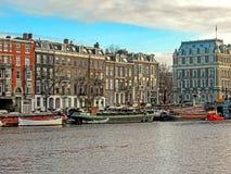 Reflexion av byggnader för tegelsten Amsterdam för berömd duch traditionella flamländska, stadskanal i Holland, Nederländerna royaltyfri foto