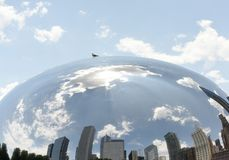Reflexion av byggnader för Chicago ` ett s i den bekanta molnporten också arkivfoto