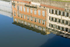 Reflexion av byggnader på den vattenArno floden i Florence Royaltyfria Bilder