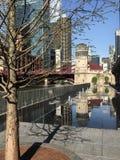 Reflexion av Chicago cityscape i springbrunnläge på Riverwalk i den Chicago öglan royaltyfri bild