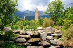 Reflexion av de tre pagoderna i Dali Arkivbild