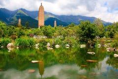 Reflexion av de tre pagoderna i Dali Arkivfoton