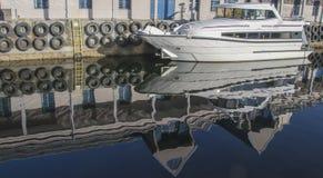 Reflexion av de vita yacht- och hyttbyggnaderna i vattnet Arkivfoton