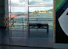 Reflexion av den Alcatraz ön i fönstret av det maritima museet, San Francisco royaltyfri fotografi