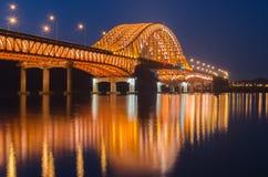 Reflexion av den Banghwa bron på natten i Seoul, Korea arkivbild