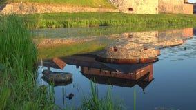 Reflexion av den forntida fästningen av den Hameenlinna närbilden finland lager videofilmer
