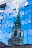 Reflexion av den gamla kyrkan i modern byggnad Arkivbild