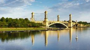 Reflexion av den guld- färgbron Royaltyfria Foton