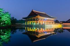 Reflexion av den Gyeongbokgung slotten på natten i Seoul, södra Kore Arkivfoto