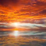 Reflexion av den härliga solnedgången/majestätiska moln och solen över royaltyfria bilder