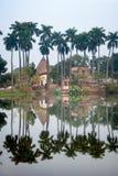 Reflexion av den Puthia byn tempelkomplexet över sjön, Rajshahi område, Bangladesh royaltyfria bilder