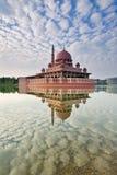 Reflexion av den Putra moskén i Putrajaya Malaysia Arkivbild