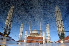 Reflexion av den stora moskén av centrala Java, Semarang, Indonesien Arkivbilder