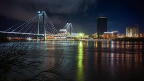 Reflexion av den upplysta bron i floden på natten stock video